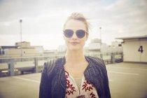 Портрет взрослой женщины в тенях на крыше парковки — стоковое фото