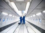 Coordenadores de aviões que trabalham no interior do avião do jato 737 — Fotografia de Stock