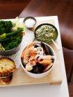 Meeresfrüchte mit gegrilltem Brot und Gemüse — Stockfoto
