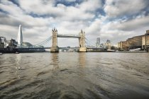Vista del Tower Bridge e il coccio, Londra, Regno Unito — Foto stock