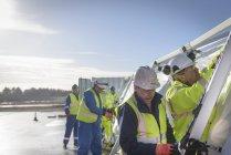 Сотрудники Службы реагирования на чрезвычайные ситуации возводят центр управления палаткой — стоковое фото
