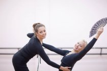 Lehrer einstellen Ballerina pose — Stockfoto