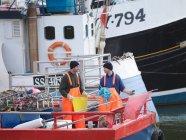 Рибалки на риболовецьке судно в гавані — стокове фото