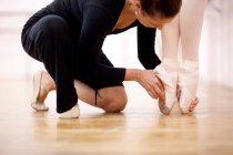 Enseignant ajustant la position du pied de la ballerine — Photo de stock