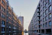 Canale d'acqua tra file di condomini — Foto stock