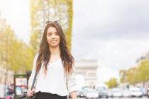 Портрет молодої жінки прогулюються по Єлисейські поля, Париж, Франція — стокове фото