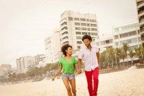 Пара наслаждается пляжем, Рио-де-Жанейро, Бразилия — стоковое фото