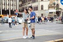 Молодая пара на городском отдыхе, Флоренция, Тоскана, Италия — стоковое фото