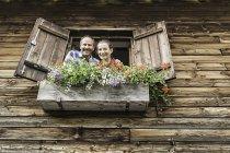 Портрет пары у окна шале — стоковое фото