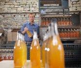 Mann mit Flaschen Bio-Apfelwein — Stockfoto