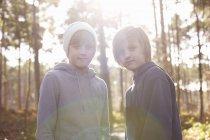 Porträt der Zwillingsbrüder im Wald — Stockfoto