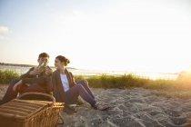 Молодая пара на пляже Борнмут, Дорсет, Великобритания — стоковое фото