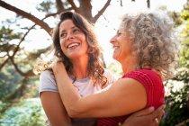 Мать и дочь наслаждаются природой в лесу . — стоковое фото