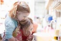 Madre e figlia cottura insieme — Foto stock
