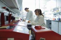 Laboratoire de biologie femmes techniciens au travail — Photo de stock