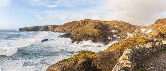 Vagues de l'océan falaises, randonnée, Cornwall, Royaume-Uni — Photo de stock