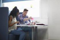 Giovani studenti universitari di sesso femminile e maschile che pianificano con note adesive — Foto stock