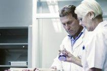 Scientifiques travaillant en laboratoire — Photo de stock