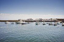 Barcos y naves en el puerto, Lanzarote, España - foto de stock