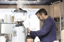 Mature propriétaire de café masculin préparant le café — Photo de stock