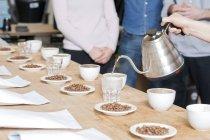 Кава продавець розливу гарячу воду в стакан — стокове фото