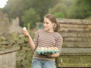 Ragazza con un vassoio di uova — Foto stock