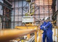 Инженеры проверяют реакторный зал на атомной электростанции — стоковое фото