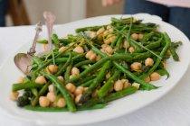 Тарелка из гороха и зеленой фасоли — стоковое фото