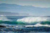 Волны, терпящие крах на пляже — стоковое фото