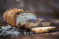 Frisch in Scheiben geschnittene glutenfreie Brotlaibe auf dem Tisch — Stockfoto