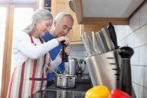 Пари дорослих разом приготування їжі на кухні — стокове фото
