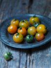 Assiette de tomates cerise jaunes — Photo de stock