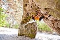 Альпинист, масштабирование крутые скалы — стоковое фото