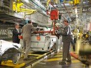 Auto Arbeiter am Fließband — Stockfoto