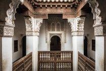 Varanda de madeira e pilares de mármore no Ben Youssef Madrasa, Marrakech, Marrocos — Fotografia de Stock