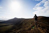 Людина, їзда на велосипеді в гори — стокове фото