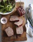 Vista superior del clásico pastel de carne y tazón de ensalada en la tabla de cortar - foto de stock