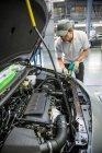 Montagearbeiter in der Autofabrik — Stockfoto