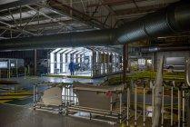 Инспекционная станция на автомобильном заводе — стоковое фото