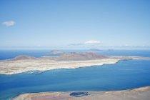 Ilhas de Lanzarote e oceano sob luz solar intensa, Espanha — Fotografia de Stock