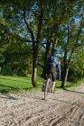 Hombre haciendo trucos con bicicleta de montaña - foto de stock