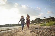 Madre e figlia godendo spiaggia — Foto stock