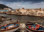 Par de barcos de pesca na praia — Fotografia de Stock