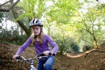 Retrato de menina, andar de bicicleta na floresta — Fotografia de Stock
