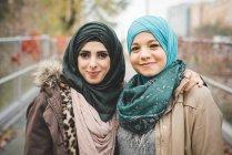 Retrato de duas jovens amigas no caminho do parque — Fotografia de Stock