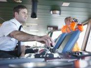 Капітан і корабель працівника на судновий міст — стокове фото
