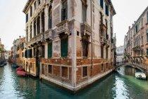 Човни і будівель на міських канал — стокове фото