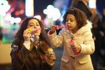 Mutter und Tochter bläst Seifenblasen, Jahrmarkt — Stockfoto
