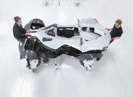 Dois engenheiros montando supercarro na fábrica de carros esportivos, vista aérea — Fotografia de Stock
