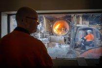 Vista dalla sala di controllo del forno in alluminio fonderia di riciclaggio — Foto stock